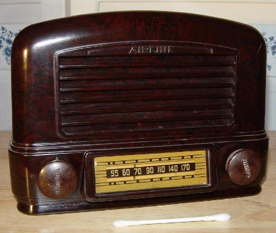 Airline Model 24BR-521B Compact Bakelite Table Radio (1941)