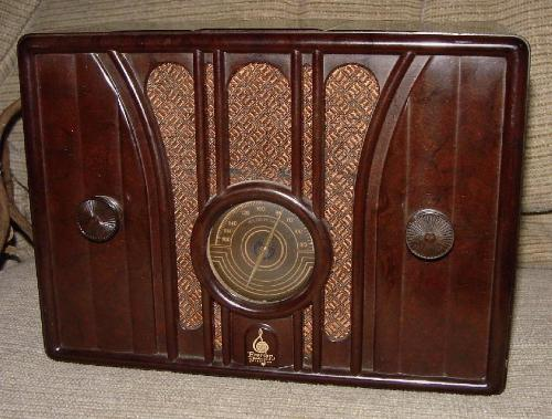 Emerson Model 109 Bakelite Table Radio  (1935/36)