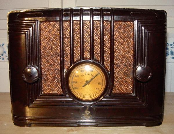Emerson Model 126 Bakelite Table Radio (1936)