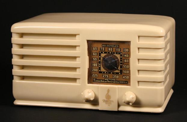 Emerson EP-381 Table Radio in Ivory Plaskon