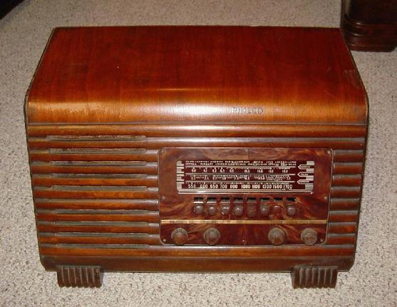 Philco 41-250T Slant-Front Table Radio (1941)