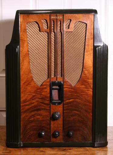 Philco 16B shouldered tombstone radio (1935)