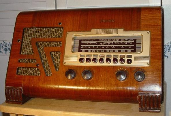 Philco 40-155T Slant-Front Table Radio (1940)