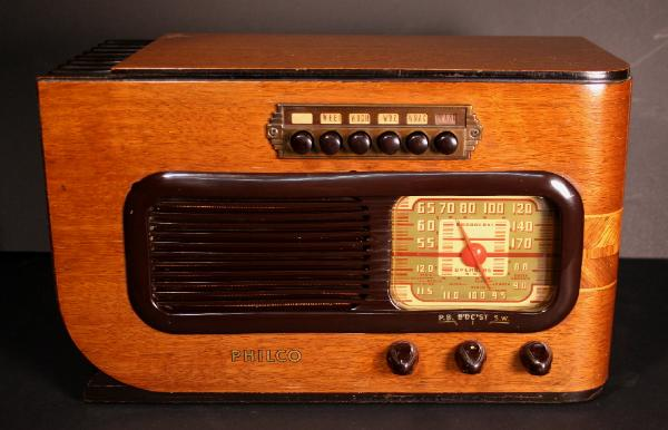 Philco 41-226C Compact Table Radio (1941)