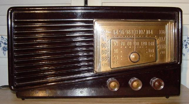 Philco 49-905 Bakelite Table Radio (1949)